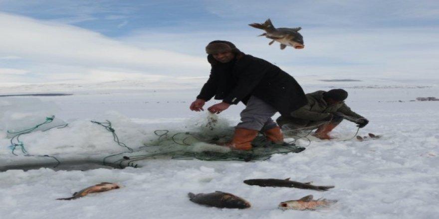 Çıldır'daki balıkçılar buzların erimesini bekliyor