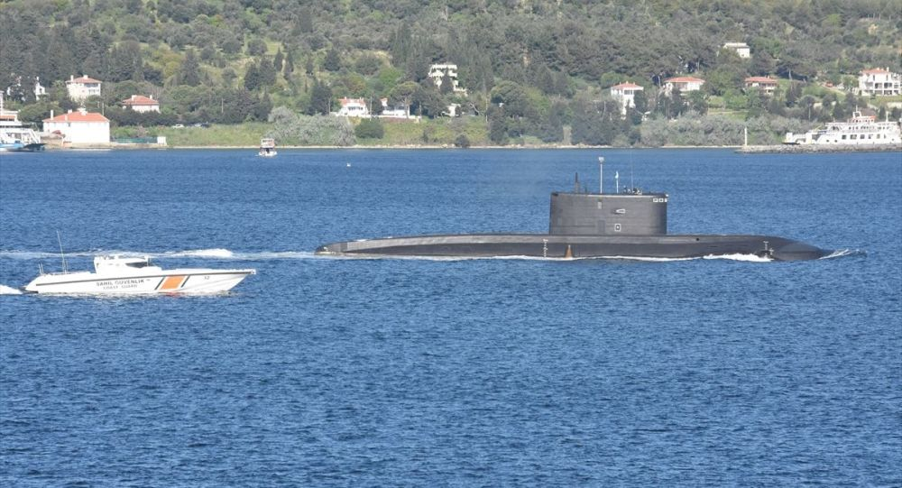 Rus denizaltısı ve kurtarma gemisi Boğaz'dan geçti