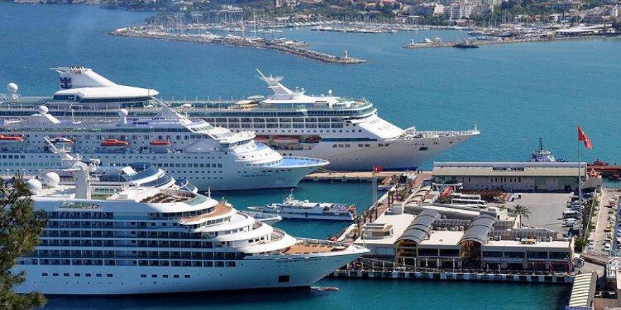 Kuşadası'na 4 gemiyle 4 bin 400 yolcu geldi