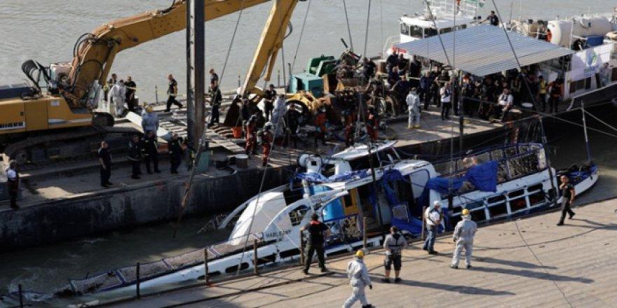 Tuna'da batan yolcu teknesi çıkarıldı