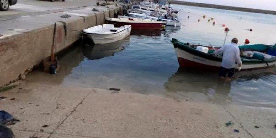 Fırtına limandaki tekneleri batırdı