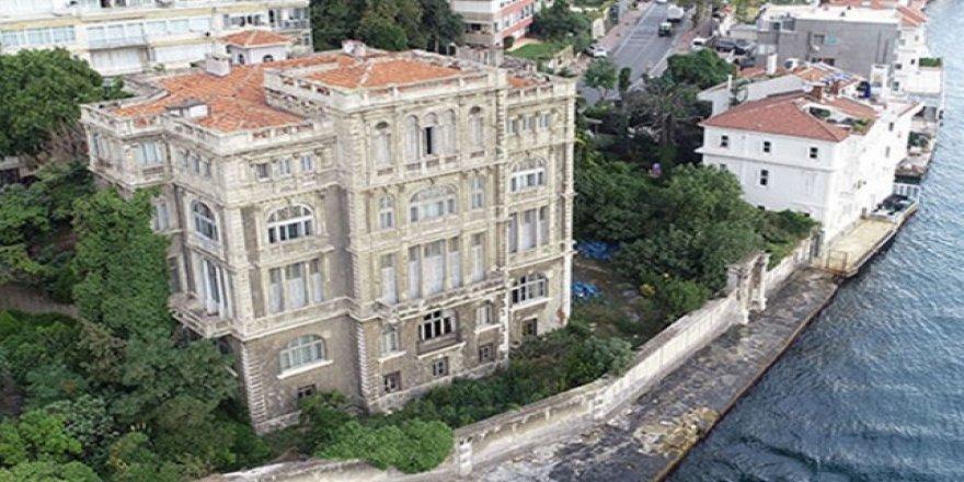 İstanbul Boğazı'nın şato görünümlü yalısı satılıyor