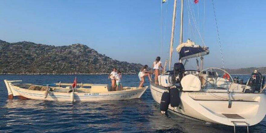 Kayaya oturan tekneyi diğer tekneler kurtardı