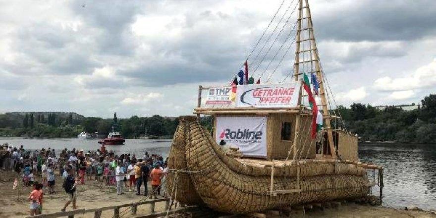 Kamıştan tekne Rumeli Feneri'ne demirledi