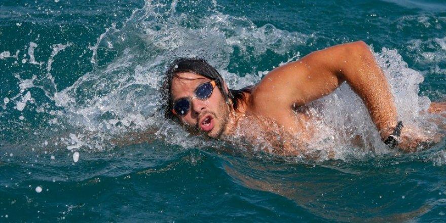 """Türk yüzücü """"Denizin Everesti""""ni aşmayı başardı"""