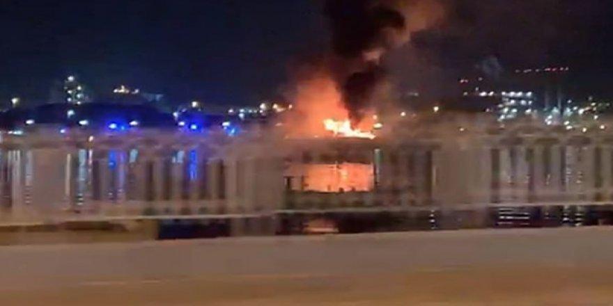 BAE'de 100'den fazla araç taşıyan gemi yandı