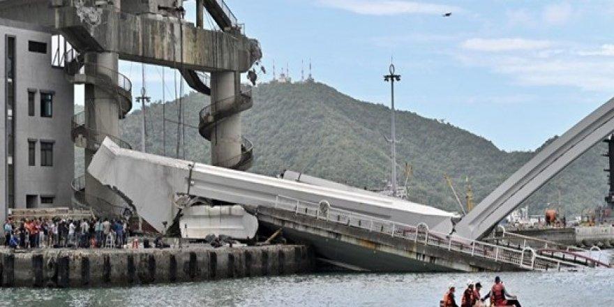 Köprü teknelerin üzerine çöktü