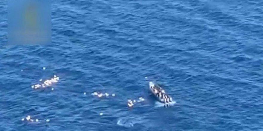 Tekneleri alabora olan polisleri kaçakçılar kurtardı