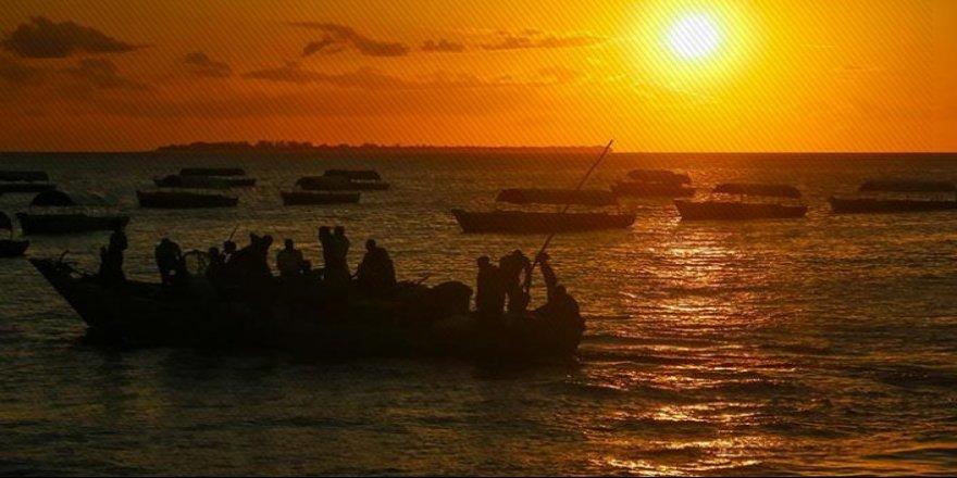 Aşırı yükten tekne battı: 100 ölü