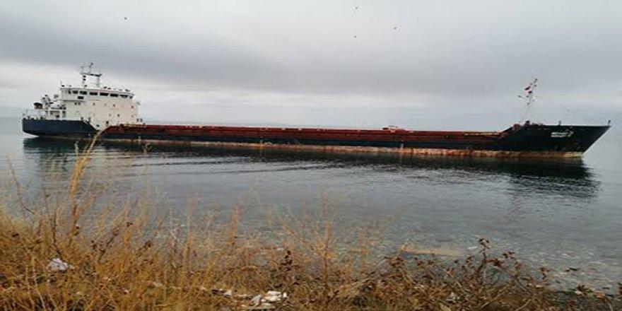 Tekirdağ'da karaya oturan gemi kurtarılıyor