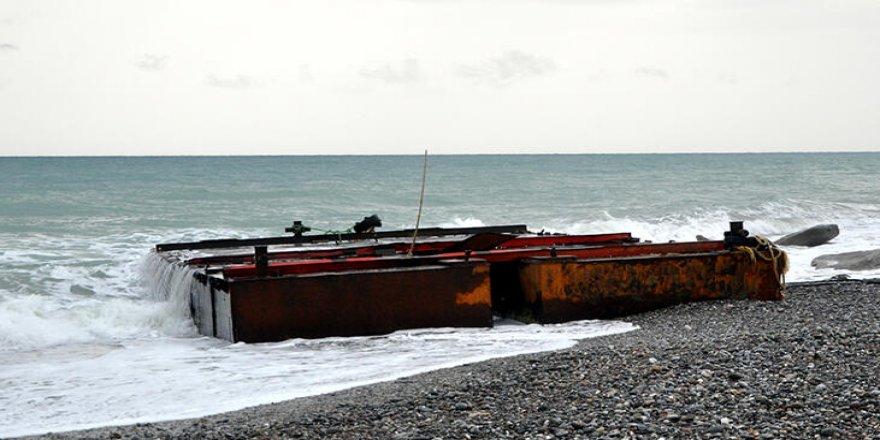 Antalya'da tonlarca ağırlıktaki platform sahile vurdu