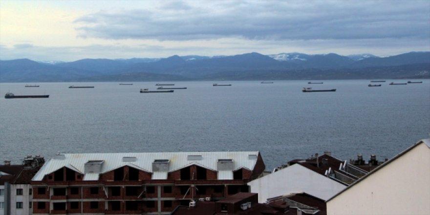 Gemiler Sinop limanına sığındı