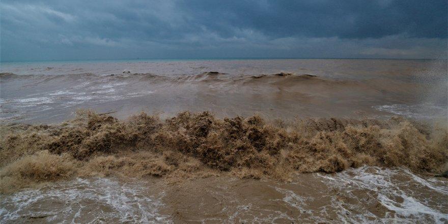 Sağanak sonrası çamurdan deniz