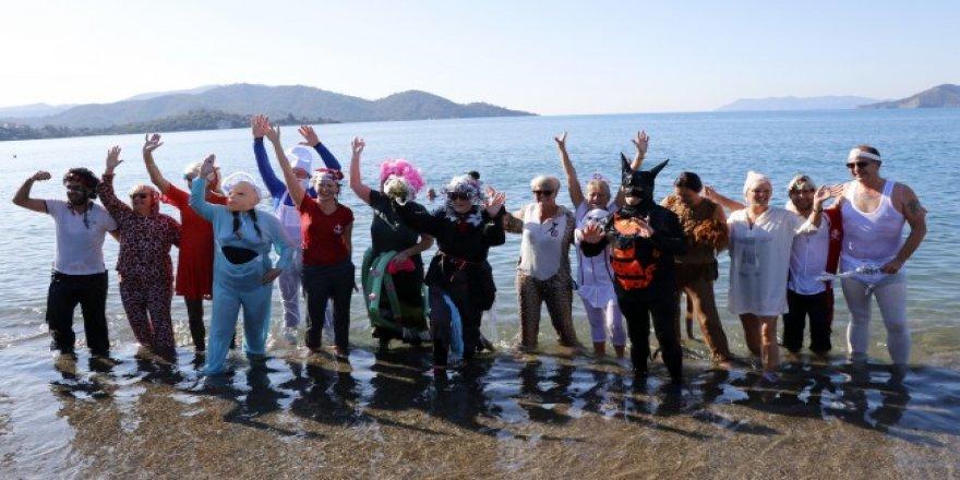 Çocuklar için kostümlerle denize girdiler