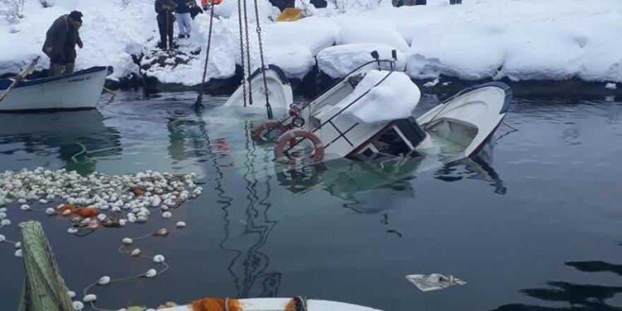 Tekneler karın ağırlığını kaldıramadı, battı