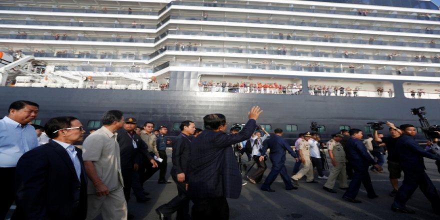 Reddedilen gemin yolcularını Kamboçya Başkanı çiçekle karşıladı