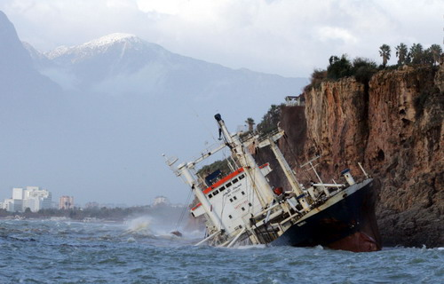 Sinop'ta yük gemisi yan yattı