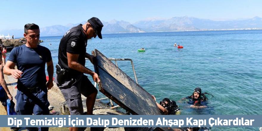 Dip Temizliği İçin Dalıp Denizden Ahşap Kapı Çıkardılar