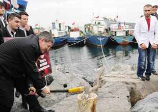 Çevreciler geminin halatını kesti