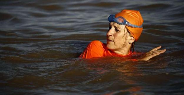 Hollandalı Büyükelçi Nil Nehri'ni yüzerek geçti