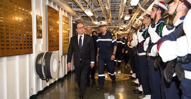 Hollande Charles de Gaulle uçak gemisini ziyaret etti