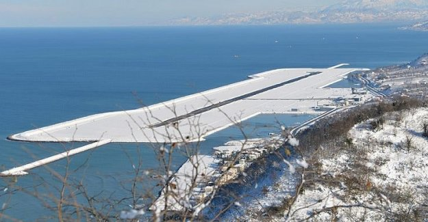 Denizdeki havalimanı beyaza büründü