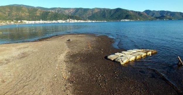 Marmaris'te deniz suyu 10 metre çekildi