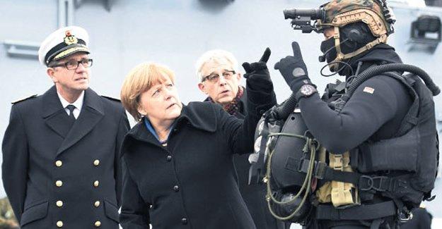 Merkel'den Donanma üssüne ziyaret