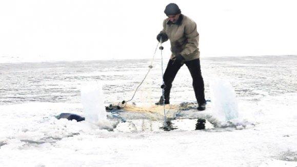 Buz tutan gölde ölümüne balık avı