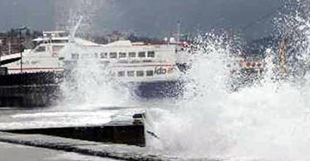 Lodos deniz ulaşımını vurdu