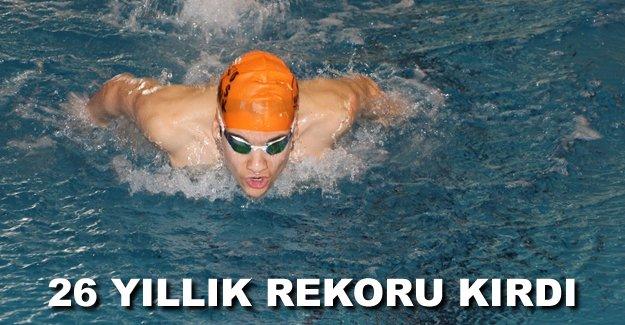Mersinli yüzücü 26 yıllık rekoru kırdı
