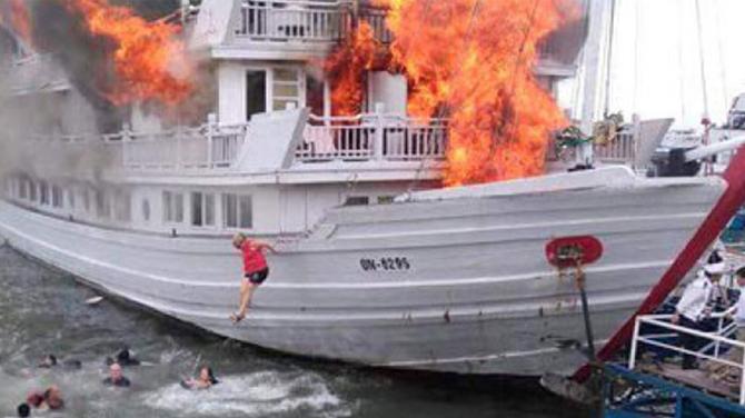 Alevler içindeki tekneden canlarını zor kurtardılar