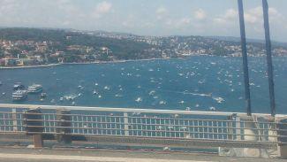Yüzlerce tekneden darbe ve terör protestosu