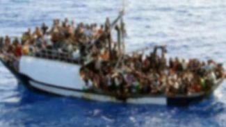 600 kişiyi taşıyan mülteci teknesi battı