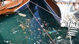 Antik Liman'da denizdeki kirlilik utandırıyor