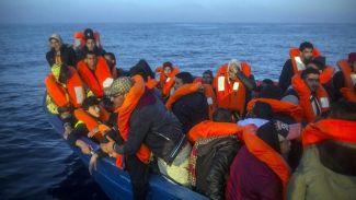 Libya açıklarındaki göçmenler operasyonla kurtarıldı