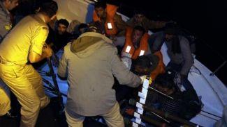 Mülteciler kurtarıldı ama tekneleri battı!