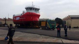 130 tonluk gemi karadan böyle taşındı!