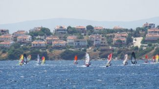 Sörf rüzgârı Seferihisar'da esti