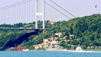 USS Hué City isimli kruvazör İstanbul Boğazı'ndan geçti