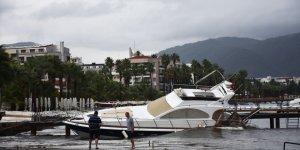 Marmaris'te 2 balıkçı teknesi ve motoryat battı
