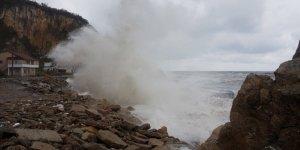 Şiddetli fırtına Karadeniz sahillerini tarumar etti