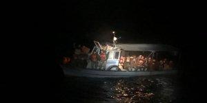 Tekneleri arızalanan kaçaklar ölümden döndü
