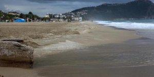 Atık petrol dökülen Kleopatra Plajı temizlendi
