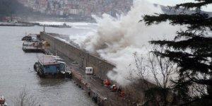 Fırtına Zonguldak Limanı'nı yıktı geçti