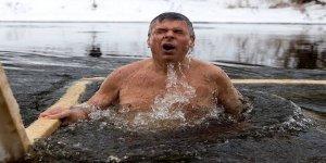 'Putin'in izindeyim' diyerek buzlu suya daldı
