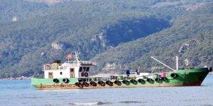 Muğla'da atık toplama teknesi karaya oturdu