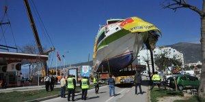 700 tonluk gemi karadan yürütüldü!
