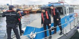 Yat ve teknelerde saklanan 90 firariyi yakaladılar