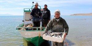 Van Gölü'ndeki balıkçılara bin lira destek